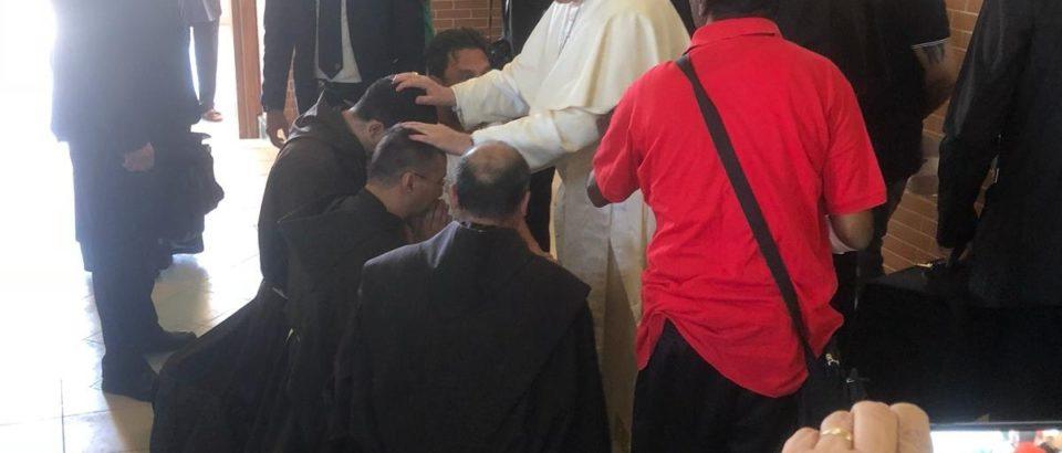 Il Papa benedice fr. Carmelo per il suo prezioso e delicato servizio tra i detenuti